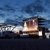 万博記念公園で行われたドライブインシアター=大阪府吹田市で2020年8月1日午後7時25分、山崎一輝撮影