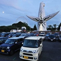 万博記念公園で行われたドライブインシアター=大阪府吹田市で2020年8月1日午後7時10分、山崎一輝撮影
