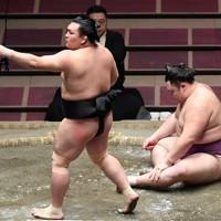照強(左)に足取りで敗れた朝乃山=東京・両国国技館で2020年8月1日、滝川大貴撮影
