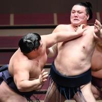 勢(右)を攻める阿武咲=東京・両国国技館で2020年8月1日、滝川大貴撮影