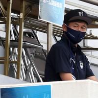 【横浜FC―広島】スタンド席からピッチを見つめる横浜FCの三浦知良選手=横浜・ニッパツ三ツ沢球技場で2020年8月1日、宮武祐希撮影