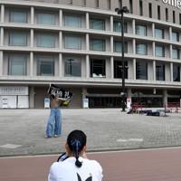 西武戦が中止となったペイペイドーム前で記念写真を撮るファン=福岡市中央区で2020年8月2日午前11時26分、矢頭智剛撮影