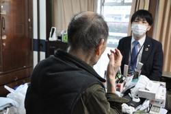 自身が亡くなった後の手続きに関する契約を結んだ男性(左)。右は三井住友信託銀行の担当者=東京都内の男性の自宅で2020年3月11日、三上剛輝撮影