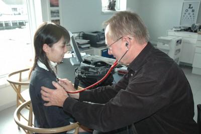診察中のオーゴー医師(右)。家庭医は白衣はまず着ない。垣根を取り払い、地域に溶け込むアットホームで温かい雰囲気を醸し出す=筆者撮影