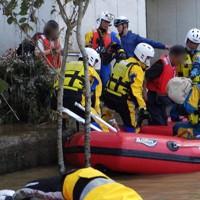 熊本県内で被災者をボートで救出する福岡県警の救助隊員ら=福岡県警提供(県警が画像の一部を加工しています)