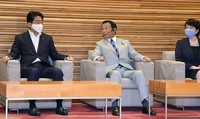 From left, Prime Minister Shinzo Abe, Finance Minister Taro Aso and Internal and Communications Minister Sanae Takaichi are seen ahead of a Cabinet meeting at the prime minister's office in Tokyo on Aug. 4, 2020. (Mainichi/Kan Takeuchi)