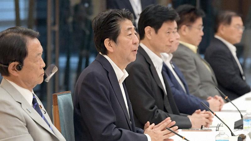 未来投資会議で発言する安倍晋三首相(左から2人目)=首相官邸で2020年7月30日、竹内幹撮影