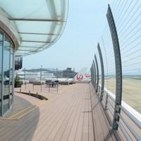 ワイヤ柵で見晴らしの良い福岡空港の展望デッキ=福岡市博多区で2020年8月5日、石田宗久撮影