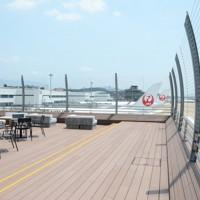 滑走路を一望できる福岡空港の展望デッキ=福岡市博多区で2020年8月5日、石田宗久撮影