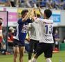 <鳥栖・横浜FC>後半、ゴールを決めた瀬沼(右)を迎える横浜FC・三浦(撮影・岡田 丈靖)
