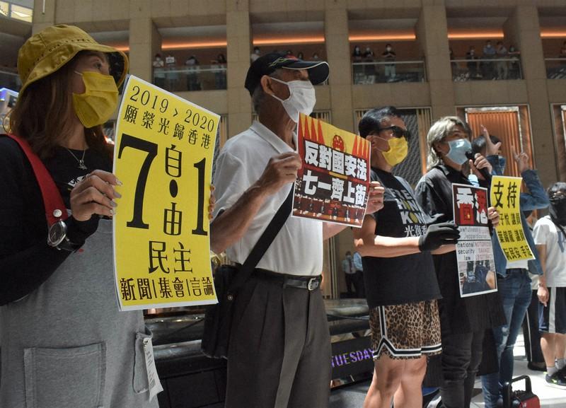 国家安全維持法に反対し、抗議する市民。7月1日のデモに参加するよう呼びかけた=香港・中環で2020年6月30日、福岡静哉撮影