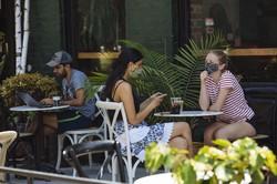 若年層ほど雇用危機にさらされているとの調査結果も(Bloomberg)