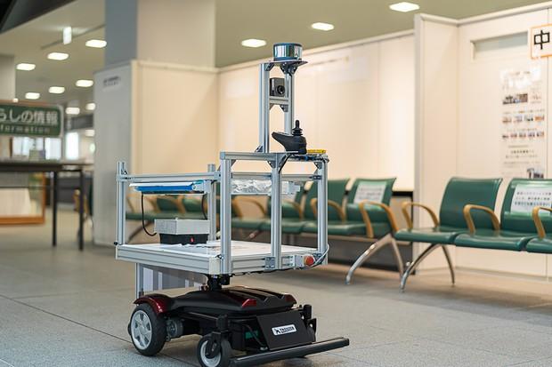 閉庁後のつくば市役所庁舎内で、自動運転で深紫外線を照射する稼働実験を行ったDoogが開発したロボット(2020年6月)(Doog提供)