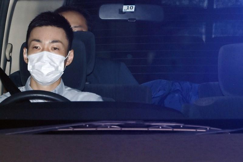 顔を伏せたまま送検される容疑者(右)=京都市中京区で2020年7月24日、久保玲撮影