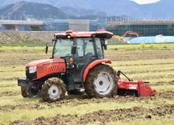 菜の花を土にかき混ぜながら自動走行するトラクター=鯖江市舟枝町で2020年4月10日午前11時48分、横見知佳撮影