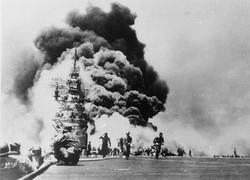 特攻隊が体当たりし炎上した米空母バンカー・ヒル