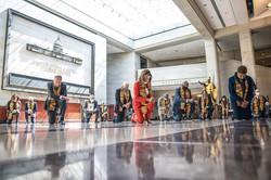 死亡した黒人男性ジョージ・フロイド氏に片膝をついて黙とうする米上下両院の民主党議員(ワシントンDCで6月8日) (Bloomberg)