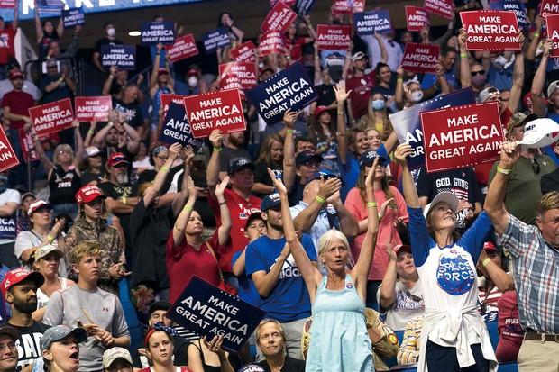 コロナ禍で最初の選挙集会に集まったトランプ大統領の支持者たち。ほとんどの参加者がマスクを着けていない(米オクラホマ州で6月20日) (Bloomberg)