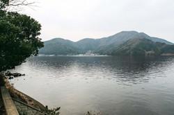 湖底の「年縞」が地質学的年代決定の世界標準となった水月湖