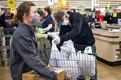 買い物客にどうマスク着用を呼びかけるかが小売店の課題 (Bloomberg)