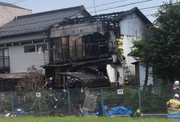 岐阜の民家全焼、2人の遺体 82歳書道教室講師と孫の大学生か - 毎日新聞