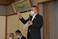 Kunihiko Saegusa, the 62-year-old mayor of Tonosho, Kagawa Prefecture, speaks about his personal bankruptcy filing, at a public explanation session in the town on Aug. 2, 2020. (Mainichi/Yukinao Kin)
