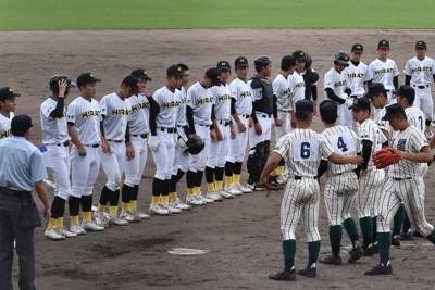 県独自大会の準々決勝で開星に敗れ、整列する平田の選手ら(奥)=松江市営野球場で7月