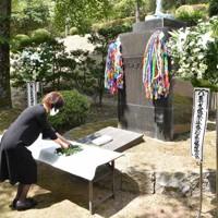 慰霊碑に花を供える参加者=高松市峰山町の峰山公園で2020年8月9日午前11時12分、喜田奈那撮影