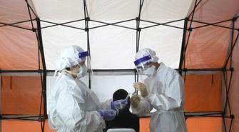 仮設テントのPCR検査場で検体採取などを行う平成立石病院=東京都葛飾区で2020年7月17日、長谷川直亮撮影