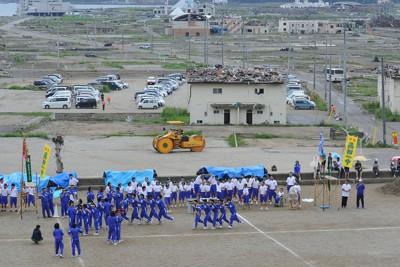 高田小の校庭を借りて3カ月遅れで行われた市立第一中の運動会=岩手県陸前高田市で2011年8月21日午前11時2分、西本勝撮影