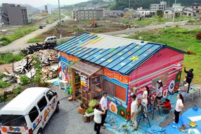 画家たちが描いた色鮮やかな壁絵を見守る理髪店の店主ら=岩手県大船渡市で2011年8月24日午前9時45分、竹内紀臣撮影