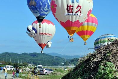 被災地の子どもたちを元気づけたいと企画された熱気球の体験搭乗会で、子どもたちを乗せて青空に浮かぶ気球=岩手県大船渡市で2011年8月28日午前8時6分、竹内紀臣撮影