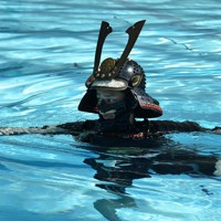 甲冑姿で立ち泳ぎを披露する小堀流踏水会の会員=熊本市南区で2020年8月12日、城島勇人撮影