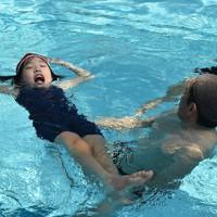 踏水会メンバーの指導を受けながら小堀流踏水術の浮き身に挑戦する子どもたち=熊本市南区で2020年8月12日、城島勇人撮影