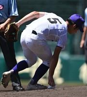 【広島新庄-天理】投手がマウンド上に置き忘れたロジンバッグを回収し、ベンチに向かう天理の下林=阪神甲子園球場で2020年8月11日、猪飼健史撮影