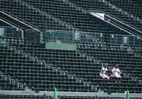 ファウルボールの回収に備え、無人のアルプス席で待機する選手たち=阪神甲子園球場で2020年8月10日、久保玲撮影