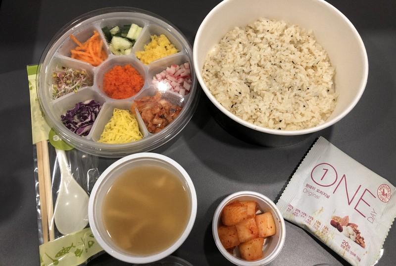 隔離施設で配られた昼食=ソウル市で2020年6月7日、日下部元美撮影