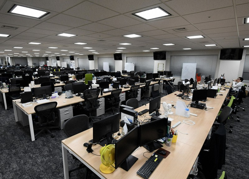 テレワークによって閑散とするオフィス=東京都渋谷区で2020年2月20日、竹内紀臣撮影