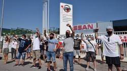 日産のモンカダ工場前で抗議する従業員ら=スペイン・バルセロナ近郊で7月27日、横山三加子撮影