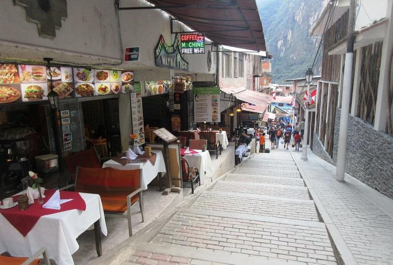遺跡の真下のマチュピチュ村は欧州のリゾートのよう。Wi-Fiも通じる別世界(写真は筆者撮影)