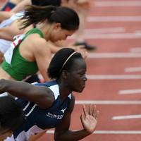 来日後初の大会となる群馬県陸上競技選手権大会にオープン参加し、女子100メートル予選で力走するモリス・ルシア選手(手前から2人目)。東京オリンピックの延期を「より多くのトレーニングができる」と前向きに捉えている=前橋市で2020年7月18日、久保玲撮影