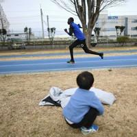 走り込むパラリンピック男子100メートルのクティヤン・マイケル選手。練習拠点の運動場には地元の人たちも訪れる=前橋市で2020年2月15日、久保玲撮影