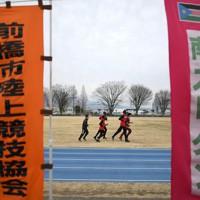 寒空の下、ランニングをする選手たち=前橋市で2020年2月14日、久保玲撮影