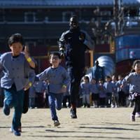 地元幼稚園の交流会で園児たちとかけっこをする男子400メートル、400メートル障害のアクーン・ジョセフ選手=前橋市で2020年2月13日、久保玲撮影