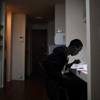 滞在先のホテルで日本語の勉強をするグエム・アブラハム選手=前橋市で2019年12月19日、久保玲撮影