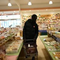 スーパーで買い物をするアクーン・ジョセフ選手=前橋市で2020年2月12日、久保玲撮影