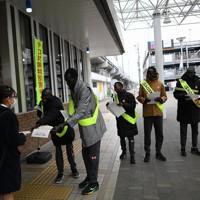 東京オリンピック・パラリンピックでのテロ防止を呼びかける啓発活動に参加し、チラシを配る選手団=前橋市で2019年12月19日、久保玲撮影