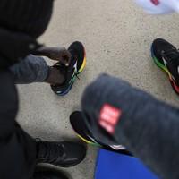 練習初日、提供を受けたトレーニングシューズを履く選手たち。クティヤン・マイケル選手は同様に提供されたスパイクシューズを人生で初めて履いた=前橋市で2019年11月18日、久保玲撮影