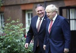 英国を訪れたマイク・ポンペオ米国務長官(左)と歩くボリス・ジョンソン英首相=英ロンドンで2020年7月21日(AP)
