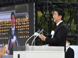 平和記念式典であいさつする安倍晋三首相=広島市中区で2020年8月6日午前8時35分、山田尚弘撮影